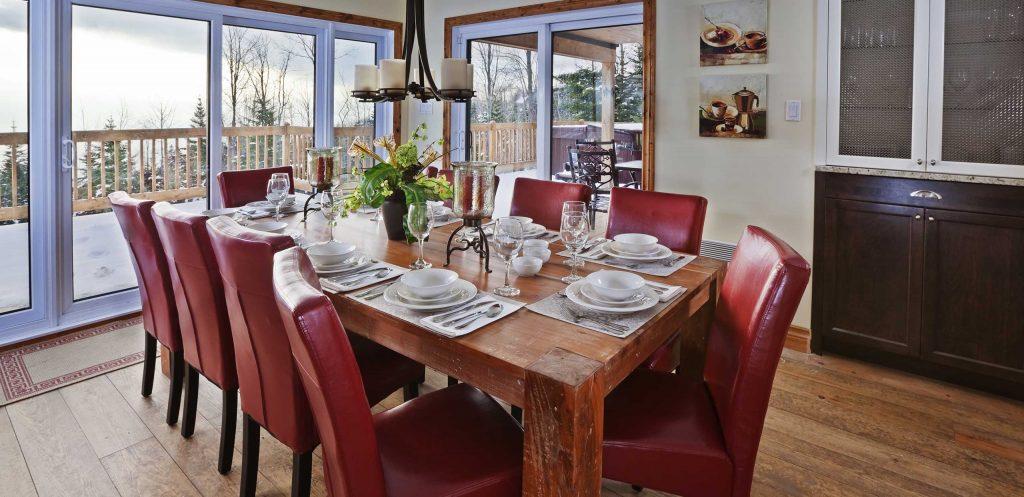Salle à manger avec vue sur le fleuve Saint-Laurent du Chalet Cœur de Bois à louer dans Charlevoix (Québec) - 4 étoiles - jusqu'à 12 personnes - 4 saisons
