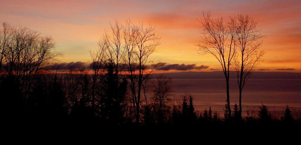Coucher de soleil sur le fleuve Saint-Laurent du Chalet Cœur de Bois à louer dans Charlevoix (Québec) - 4 étoiles - jusqu'à 12 personnes - 4 saisons